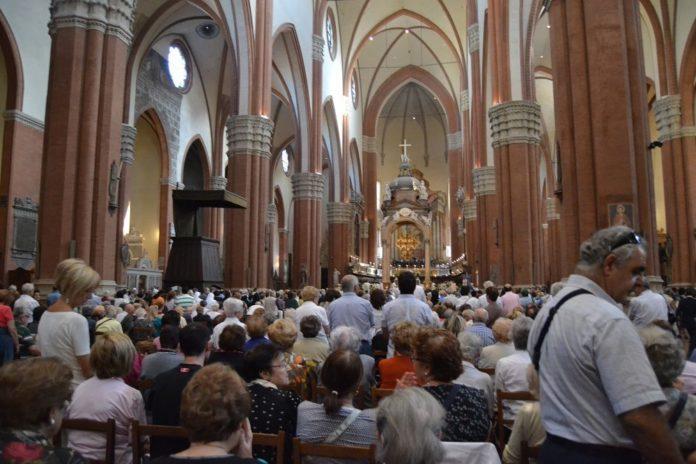 San-Petronio-gremita-durante-la-celebrazione-solenne-2-696x464