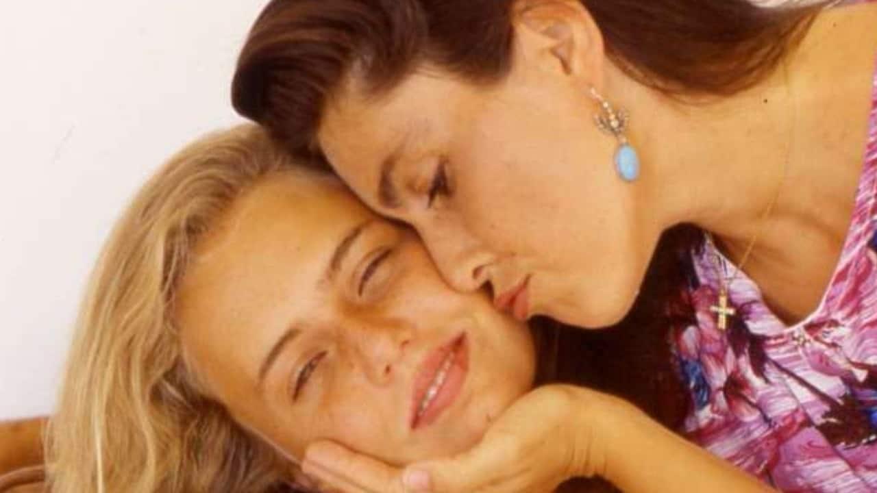 Ylenia Carrisi tra le braccia della mamma Romina Power, la foto commuove il web