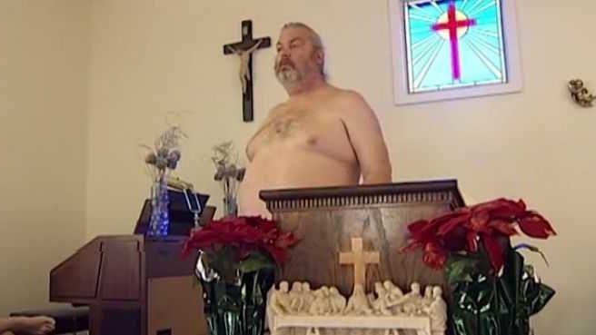 Prete si presenta in chiesa senza vestiti per celebrare e dice, Gesù era nudo