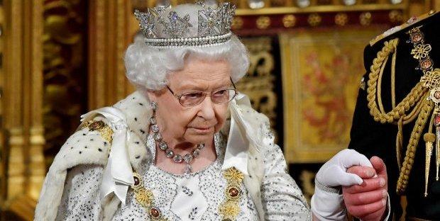 Regina Elisabetta preoccupata, la Monarchia rischia per le liti di Kate e Meghan