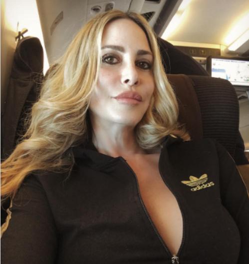 Nuda sul letto: Stefania Orlando 'hot' oltre ogni limite (a 52 anni). Fan svenuti