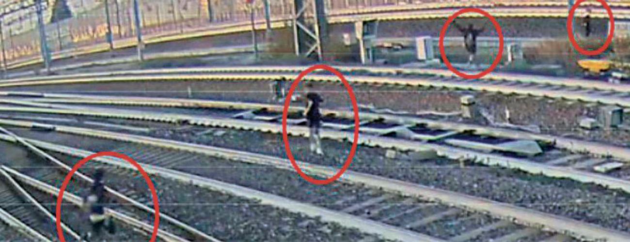Ragazzini restano fermi in attesa del treno, da scansare appena in tempo. Tutto per un video da postare. Ma il capotreno li salva dalla follia