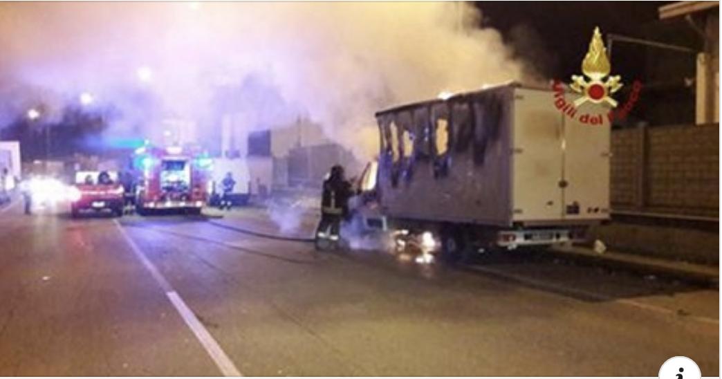 Esplosione in autostrada, fiamme nell'autogrill: ancora 2 vigili del fuoco coinvolti