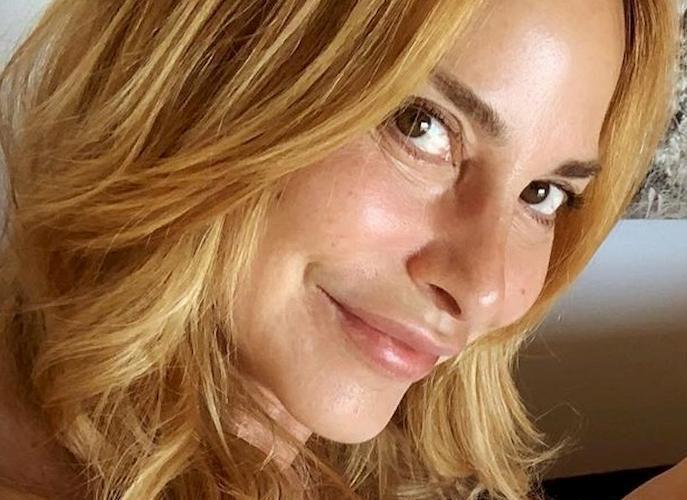 Sena vestiti sul letto: Stefania Orlando 'hot' oltre ogni limite (a 52 anni). Fan svenuti