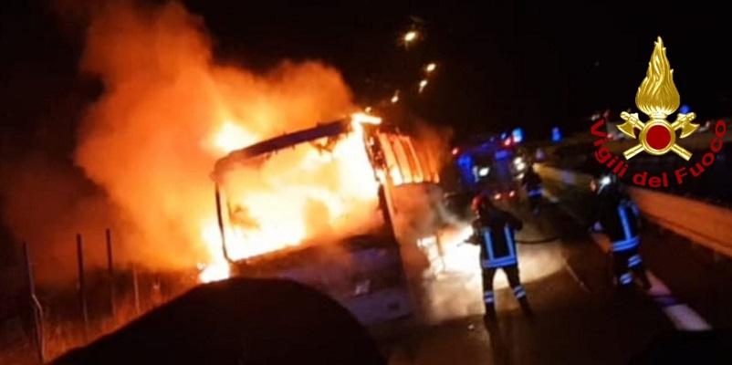 Autobus pieno di fedeli in fiamme, erano di ritorno da Padre Pio