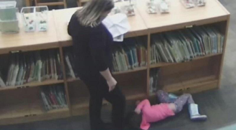 La maestra prende a calci la bimba mentre sta stesa a terra: nega di averlo fatto ma le telecamere la incastrano