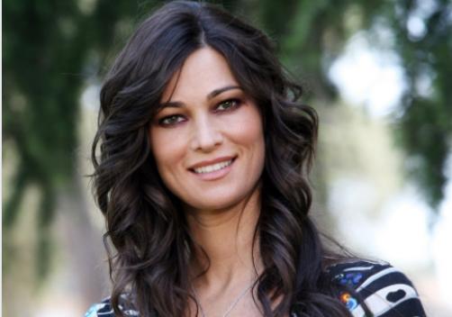 """""""Vince lei"""". Manuela Arcuri, bikini pazzesco a 42 anni: per lei il tempo si è fermato"""