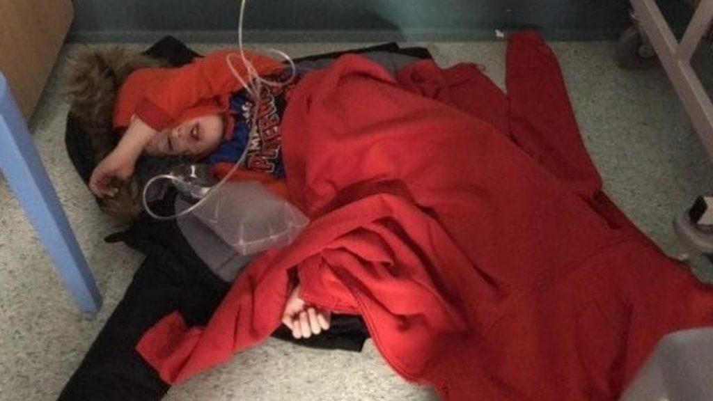 In ospedale non ci sono letti: bimbo di 4 anni costretto a dormire su un capotto sul pavimento