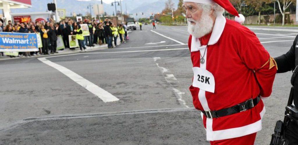"""Babbo Natale rapina una banca, poi lancia i soldi ai passanti urlando: """"Buon Natale!"""""""