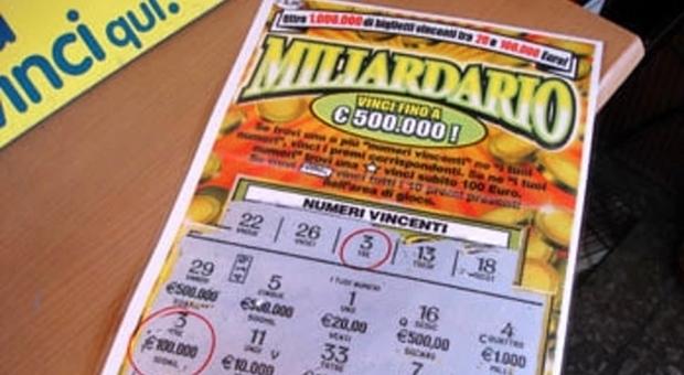 Compra un Gratta e Vinci e crede di aver vinto, in tabaccheria gli dicono che il biglietto non è vincente e si scatena la rissa