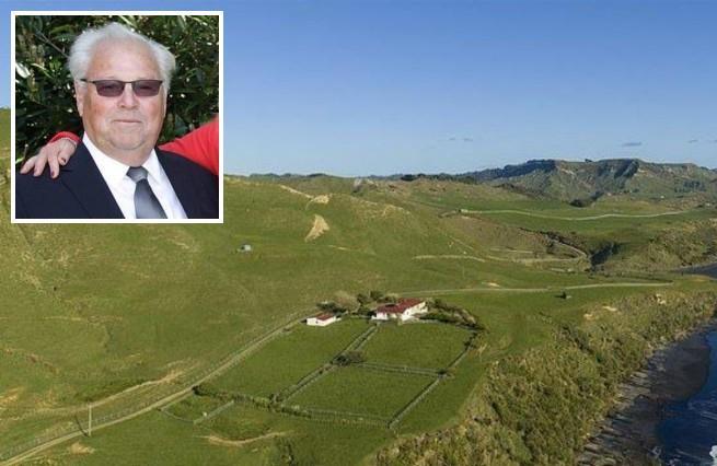 Un uomo, multimilionario è alla ricerca di 10 persone che vogliano vivere con lui a costo zero nella sua villa da sogno