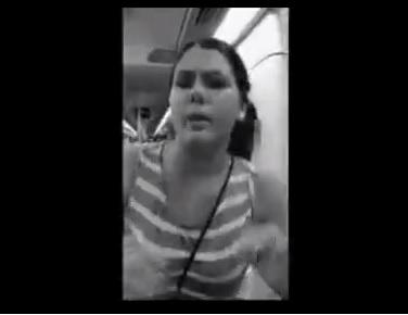Due ragazze si baciano sul treno, donna col passeggino non ci vede dalla rabbia