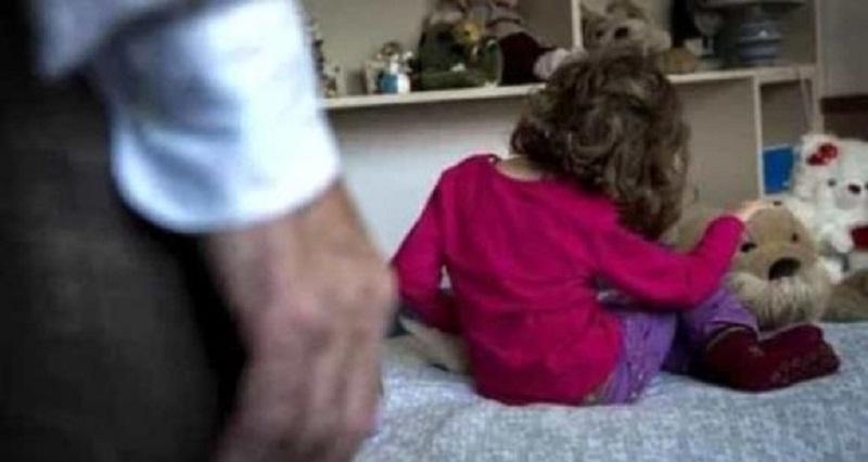 """""""Giochiamo ai fidanzati"""", nonno di 73 anni abusa del nipote di 6 anni"""