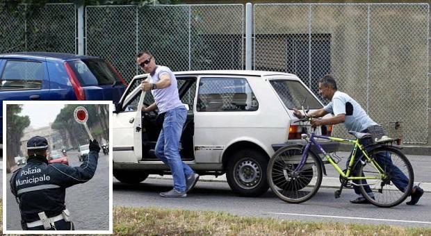 Vede un posto di blocco dei vigili: scende dall'auto e la spinge a mano per evitare l'alcoltest