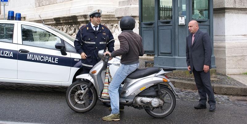 Guida ubriaco, si ferma ad un posto di blocco dei vigili e chiede loro i documenti