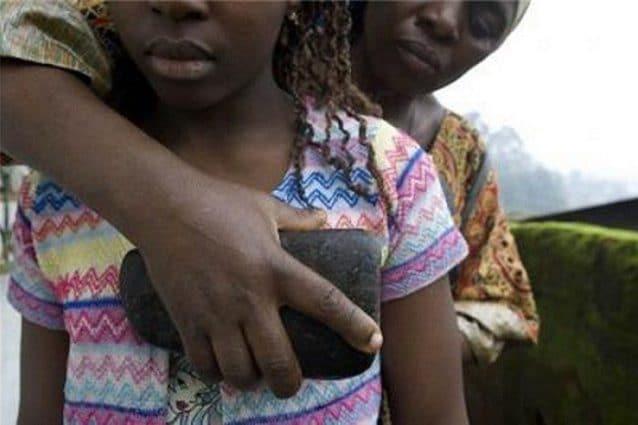 Cos'è lo stiramento del seno: la tortura inflitta a 4 milioni di bimbe per non attirare uomini
