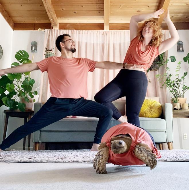 La strana coppia che coordina i loro abiti con la loro tartaruga