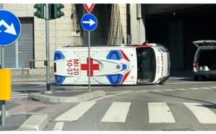 Incidente a Milano, ambulanza (in emergenza) si ribalta dopo lo schianto: feriti 2 soccorritori