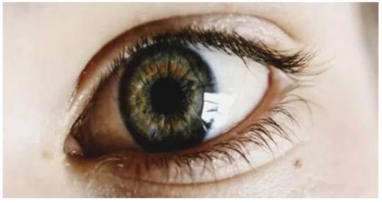 """Coronavirus, oculista avverte: """"Rischio lenti a contatto, usate gli occhiali"""""""