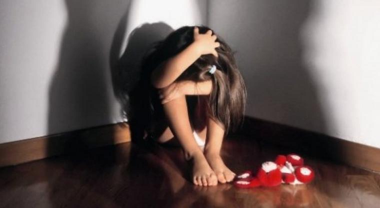 """Abusavano delle figlie per produrre immagini pedo, arrestate 2 mamme: """"Bimba concepita per abusarne"""""""