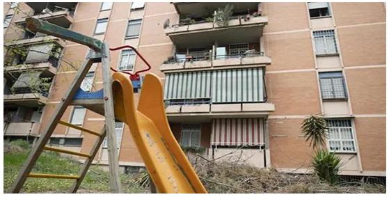 Africani e rom si prendono le case popolari: il racket delle occupazioni lucra sul coronavirus