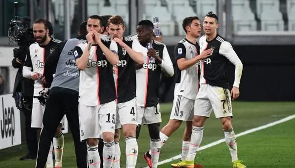 I calciatori della Juve rinunciano a 4 mesi di stipendio per il Coronavirus: è ufficiale