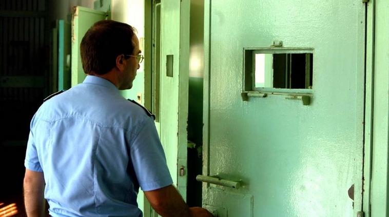 Follia in carcere: detenuto al 41 bis conficca la penna in faccia a un poliziotto