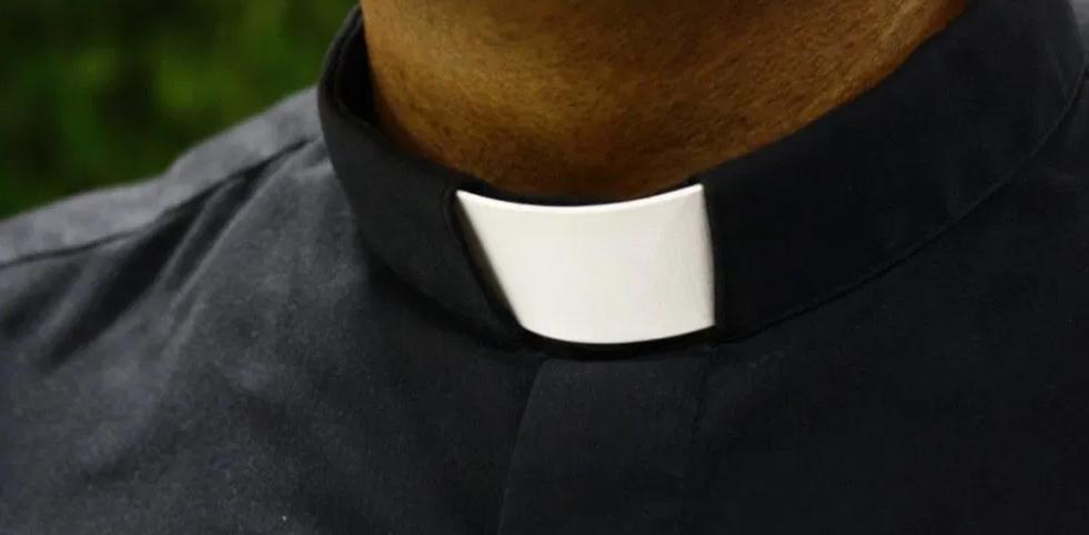 Incinta a 15 anni di un prete pedofilo, l'Arcidiocesi lo avrebbe coperto per anni