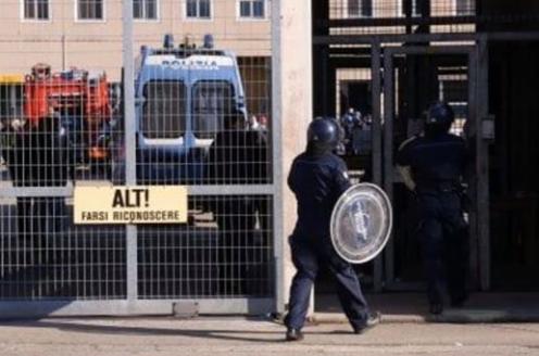 Flash: Coronavirus, rivolta nel carcere di Pavia, sequestrati due agenti 🛑🛑🛑🛑