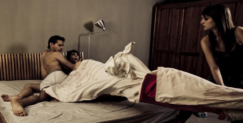 Presenta il fidanzato ai genitori, ma è già l'amante della mamma