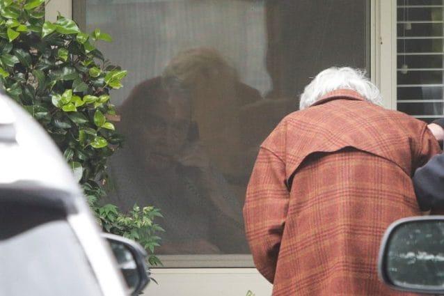 Dopo 60 anni di matrimonio, moglie e marito separati dal coronavirus: si salutano dalla finestra
