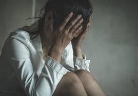 Rientra a casa ubriaco e tenta di violentare la madre: arrestato 29enne