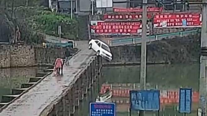 Uomo si schianta in auto 10 minuti dopo aver superato il test di guida