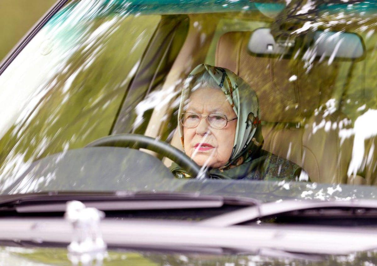 Regina Elisabetta, a 95 anni il prossimo aprile, sorpresa alla guida, con la guardia del corpo per passeggero