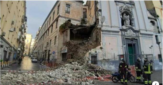 """Paura a Napoli, crolla la facciata della chiesa del """"Rosariello"""" a Piazza Cavour. Giù anche un edificio circostante"""